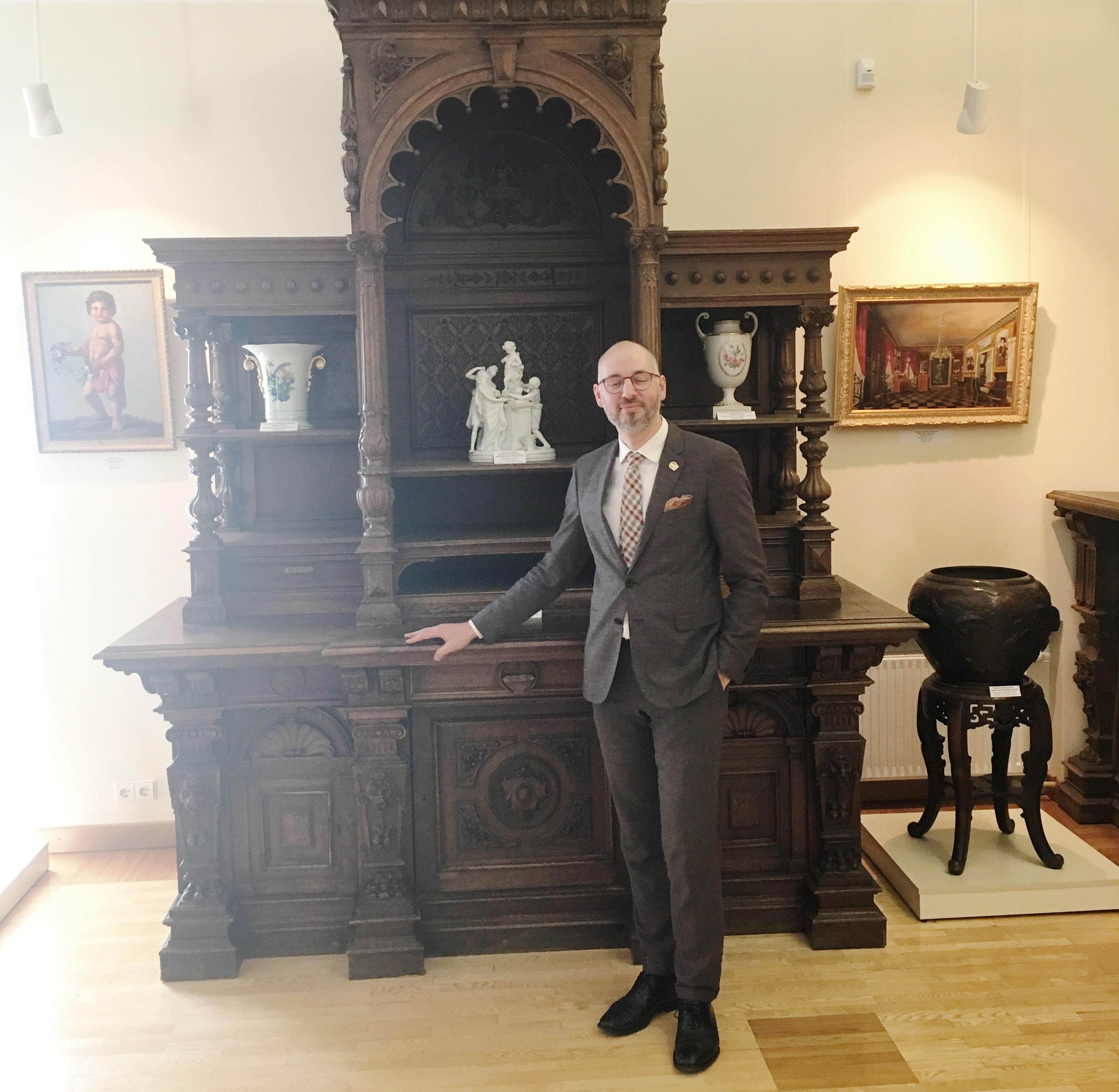 Marius Daraškevičius Žemaišių Alkos muziejuje prie Plinkšių dvaro kredenso
